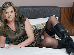 British housewife enjoys playing with herself